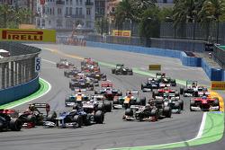 Pastor Maldonado, Williams and Kimi Raikkonen, Lotus F1 at the start of the race