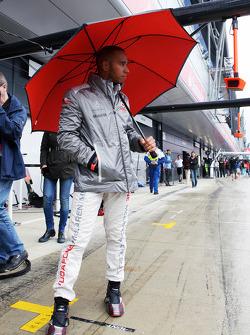 Lewis Hamilton, McLaren with his umbrella in the pits