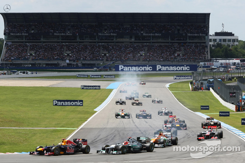 Sebastian Vettel, Red Bull Racing en Michael Schumacher, Mercedes AMG F1 duel bij de start