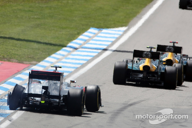 Lewis Hamilton, McLaren met lekke band, duel tussen Heikki Kovalainen, Caterham en ploegmaat Vitaly