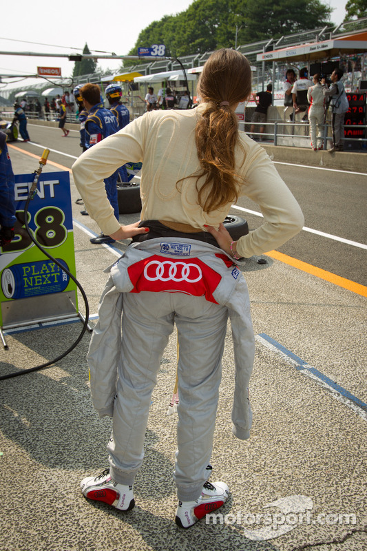 Cyndie Allemann en de #21 Hitotsuyama Racing Audi R8 LMS in de pits