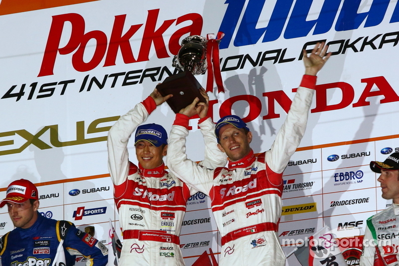 GT500 podium: winnaars Masataka Yanagida en Ronnie Quintarelli