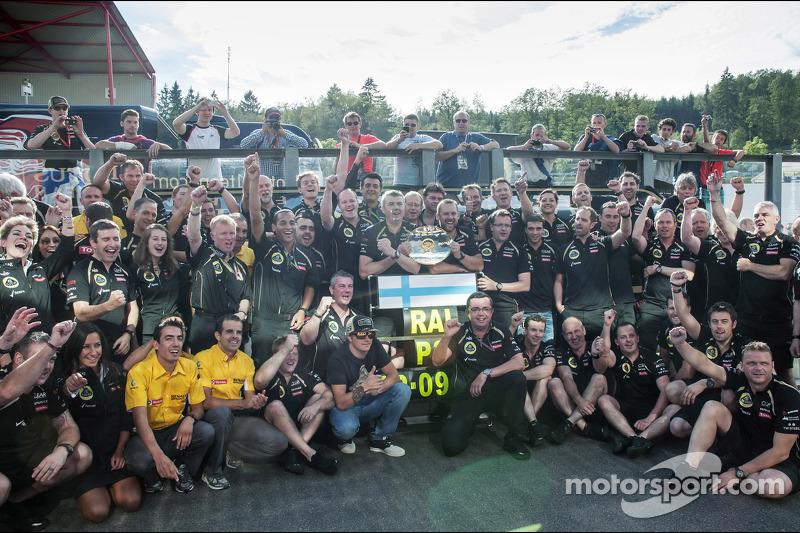 Kimi Raikkonen, Lotus F1 Team viert derde plaats met Eric Boullier, Lotus F1 Team Principal en het team