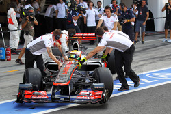 Lewis Hamilton, McLaren pushed in the pits