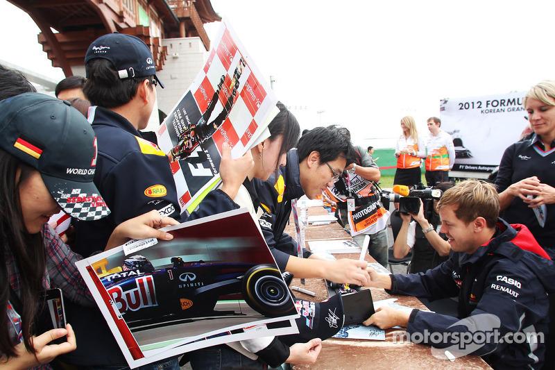 Sebastian Vettel, Red Bull Racing signeert handtekeningen voor de fans