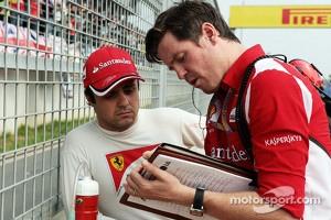 Felipe Massa, Ferrari with Rob Smedley, Ferrari Race Engineer on the grid