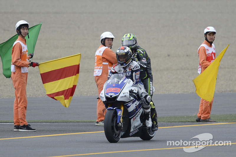 Jorge Lorenzo, Yamaha Factory Racing gives a ride to Cal Crutchlow, Yamaha Tech 3