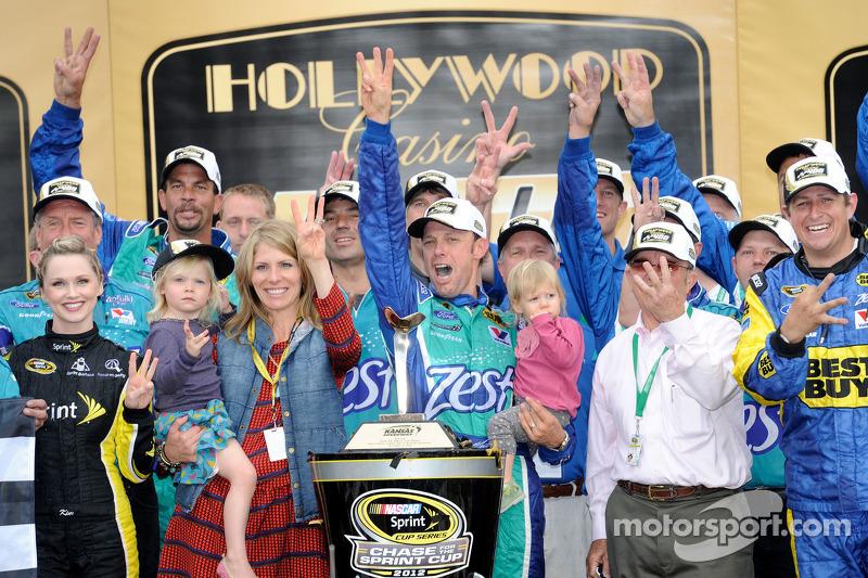 Victory lane: winnaar Matt Kenseth, Roush Fenway Racing Ford