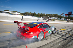 Pit stop for #45 Flying Lizard Motorsports Porsche 911 GT3 RSR: Jörg Bergmeister, Patrick Long, Patrick Pilet
