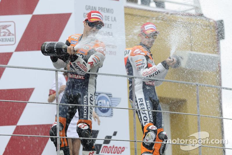 Кейси Стоунер и Дани Педроса. ГП Валенсии, воскресенье, после гонки.