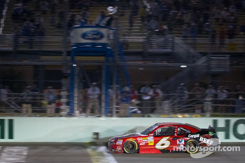 Ricky Stenhouse Jr., Roush Fenway Ford aan de finish, wint het 2012 NASCAR Nationwide Series kampioenschap