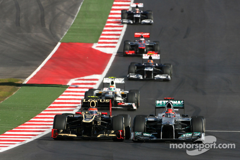 Romain Grosjean, Lotus F1 Team et Michael Schumacher, Mercedes GP