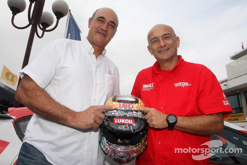 Jaime Puig, SEAT Sportdirecteur en Gabriele Tarquini, SEAT Leon WTCC, Lukoil Racing Team met helm voor laatste race met Seat