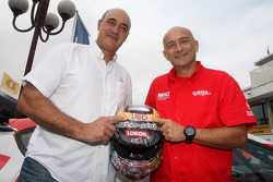 Jaime Puig, SEAT Sport director and Gabriele Tarquini, SEAT Leon WTCC, Lukoil Racing Team with the helmet for his last race with Seat