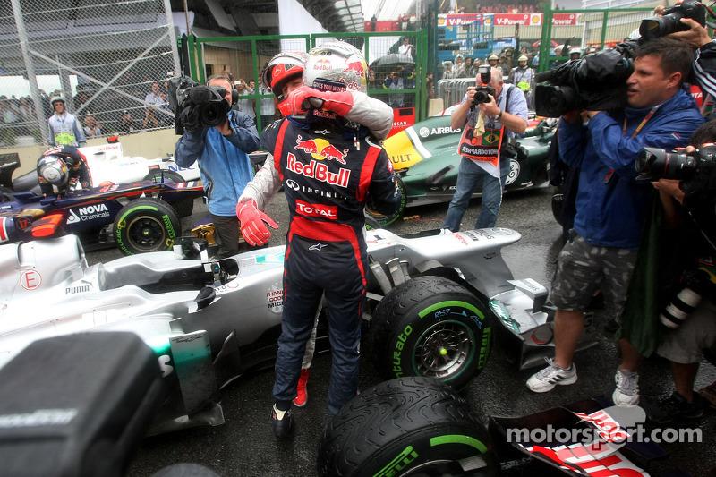 Michael Schumacher im Parc Fermé mit Sebastian Vettel