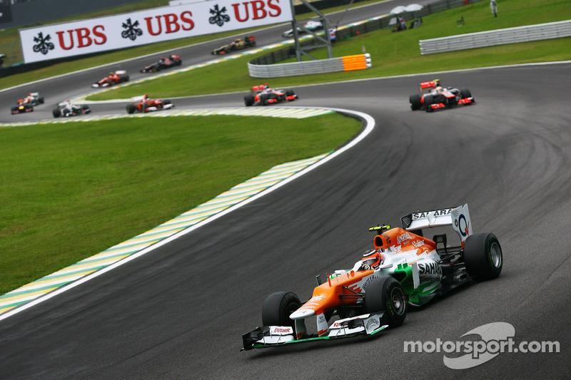 Вскоре был дан рестарт. Хюлькенберг провел его отлично и удержал первую позицию, отбив атаки двух гонщиков McLaren позади. Но вскоре его начал догонять Хэмилтон, которому до этого удалось опередить своего напарника