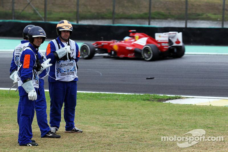 Fernando Alonso, Ferrari passeerts marshals