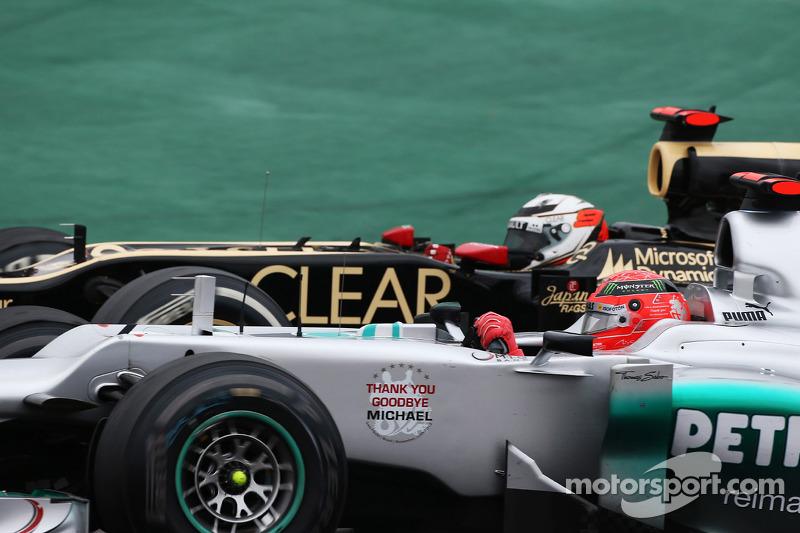 Michael Schumacher, Mercedes AMG F1, y Kimi Raikkonen, Lotus F1 luchando por la posición