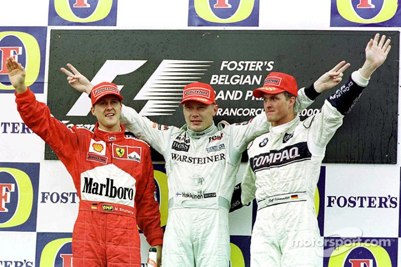 Podio: ganador de la carrera Mika Hakkinen, Michael Schumacher el segundo lugar y tercer lugar Ralf Schumacher