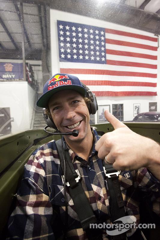 Travis Pastrana espera no cockpit do P-51 Mustang para um passeio com proprietário da Jack Roush