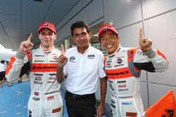優勝した#55 ARTA BMW M6 GT3のショーン・ウォーキンショーと鈴木亜久里監督、高木真一