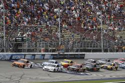 Daniel Suárez, Joe Gibbs Racing Toyota, Brad Keselowski, Team Penske Ford, restart