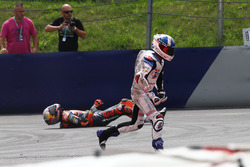 Crash van Bo Bendsneyder, Red Bull KTM Ajo en John McPhee, British Talent Team