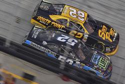 Joey Gase, Jimmy Means Racing Chevrolet y Brendan Gaughan, Richard Childress Racing Chevrolet