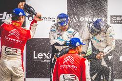 Подиум: обладатели второго места Андреас Миккельсен и Андерс Егер, Citroën World Rally Team, победители Отт Тянак и Мартин Ярвеоя, M-Sport
