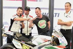 Lucio Cecchinello, directeur du team LCR Honda, et Aaron Slight comparent leurs doigts