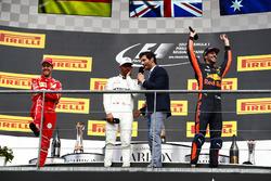 Podio: Mark Webber, Channel 4 F1, interviewsintervista il vincitore della gara Lewis Hamilton, Mercedes AMG F1, Sebastian Vettel, Ferrari e Daniel Ricciardo, Red Bull Racing