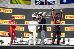 Подиум: Марк Уэббер, Льюис Хэмилтон, Mercedes AMG F1, Себастьян Феттель, Ferrari, и Даниэль Риккардо, Red Bull Racing