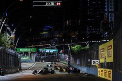 Valtteri Bottas, Mercedes AMG F1 W08, Carlos Sainz Jr., Scuderia Toro Rosso STR12, Jolyon Palmer, Renault Sport F1 Team RS17