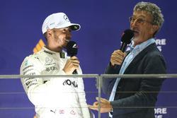Podium: le vainqueur Lewis Hamilton, Mercedes AMG F1,  Eddie Jordan, Channel 4 F1 TV sur le podium