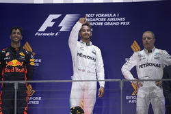 Подиум: победитель Льюис Хэмилтон, Mercedes AMG F1, второе место – Даниэль Риккардо, Red Bull Racing, третье место – Валттери Боттас, Mercedes AMG F1