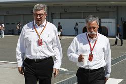 روس براون، المدير العام الرياضي للفورمولا واحد وتشايس كاري، الرئيس التنفيذي لمجلس إدارة مجموعة الفورمولا واحد