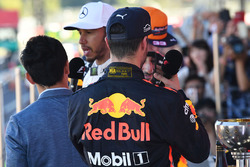 Lewis Hamilton, Mercedes AMG F1 habla con Takuma Sato