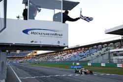 Финиш: Каллум Илотт, Prema Powerteam, Dallara F317 – Mercedes-Benz
