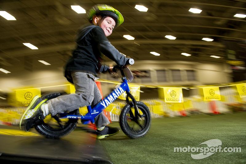 De 3-jarige Rhys Rooney uit Fisherville VA op zijn kinderfiets