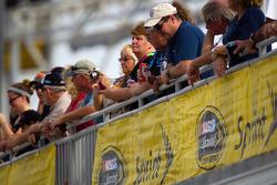 Fans bekijken de activiteiten in de pits