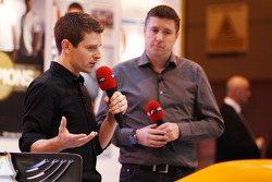 Anthony Davidson en David Croft, Sky Sports Commentator op de F1 Racing Stand