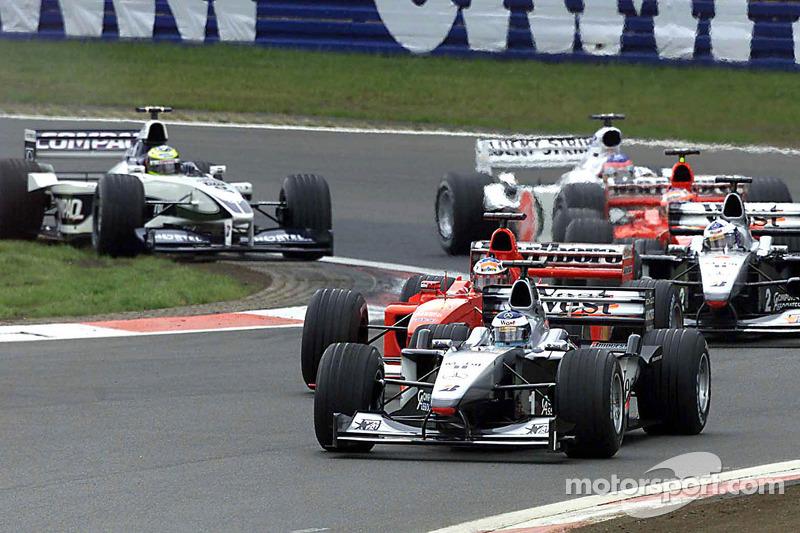 Mika Hakkinen lidera al inicio de la carrera