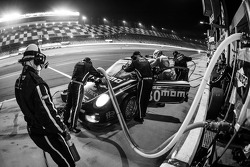 Pitstop voor #30 MOMO/NGT Motorsport Porsche GT3: Jakub Giermaziak, Henrique Cisneros, Sean Edwards, Patrick Pilet
