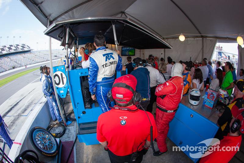 Sfeer in de pits bij Chip Ganassi Racing als Felix Sabates 10 minuten voor het einde binnenkomt
