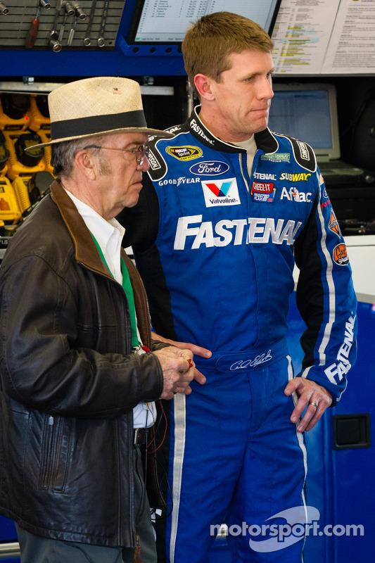 Carl Edwards, Roush Fenway Racing de Ford, de volta à garagem depois do acidente com Jack Roush