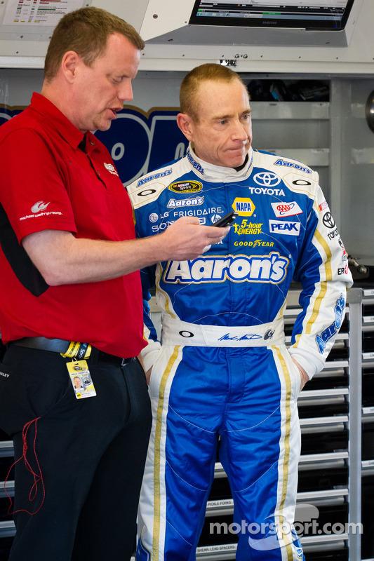 Mark Martin, Michael Waltrip Racing Toyota back na garagem após batida