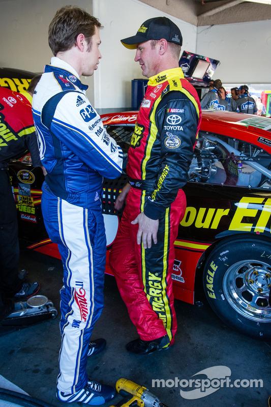 Brad Keselowski, Penske Racing Ford, e Clint Bowyer, Michael Waltrip Racing Toyota