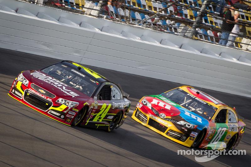 Jeff Gordon, Hendrick Motorsports Chevrolet and Kyle Busch, Joe Gibbs Racing Toyota