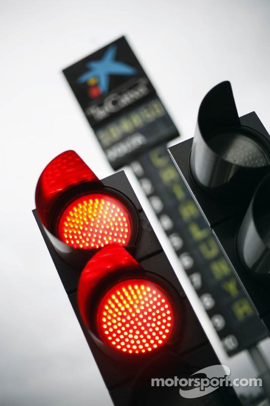 Luzes vermelhas na saída dos boxes
