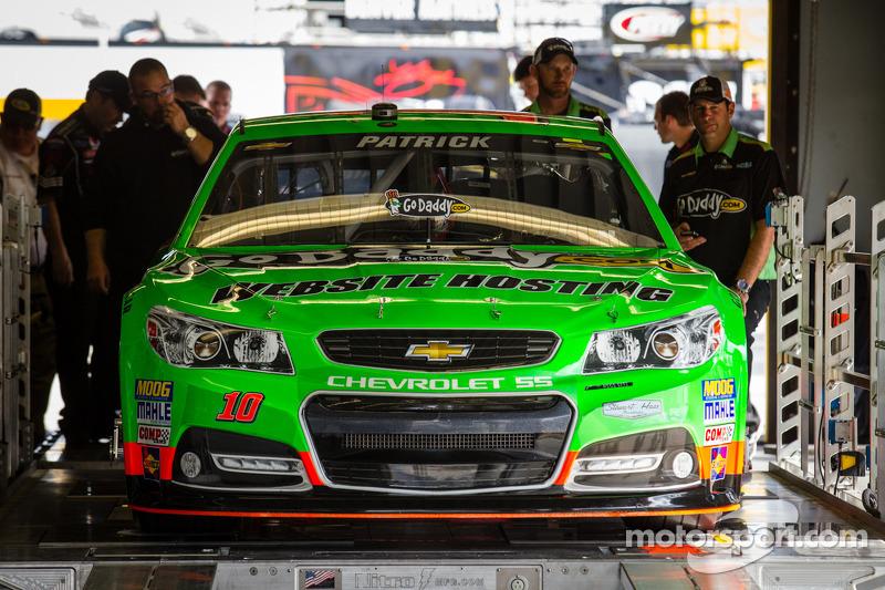 De auto van Danica Patrick, Stewart-Haas Racing Chevrolet bij de technische keuring